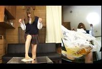 ★★足裏フェチ★★シュークリームをクラッシュして喜ぶ女学生!