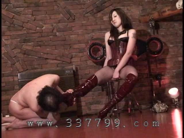 犬のように地面に這いつくばっているM男に鞭打ちや浣腸プレイで奴隷調教する女王様